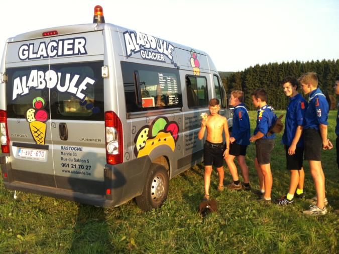 Camion glace venu dans le champ à l'occasion de l'anniversaire d'un scout